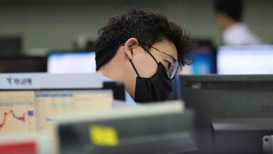 Die rasche Ausbreitung des Coronavirus in Ländern außerhalb Chinas hat die Aktienmärkte weltweit unter Druck gesetzt.