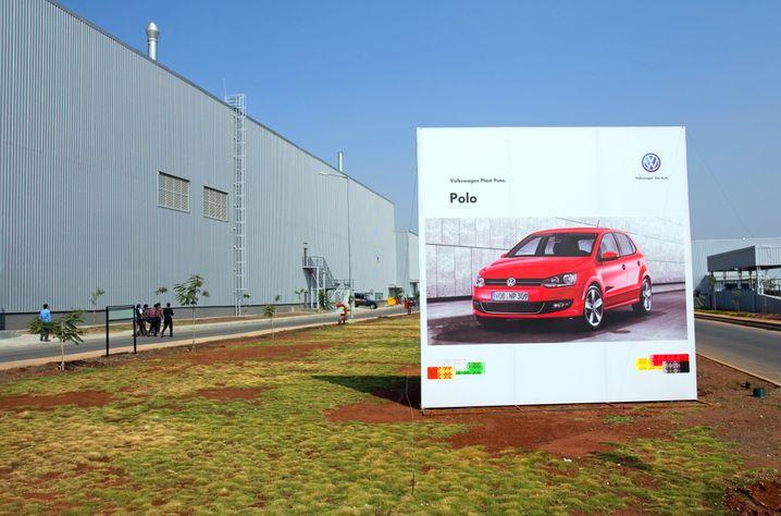 Polo-Werbung vor Volkswagen-Werk im indischen Chakan bei Pune: Offenbar gibt es bei den gefragten Kleinwagen-Modellen technische Probleme. Volkswagen Indien hat die Händler vor Ort angewiesen, die Auslieferung der Polo zu stoppen