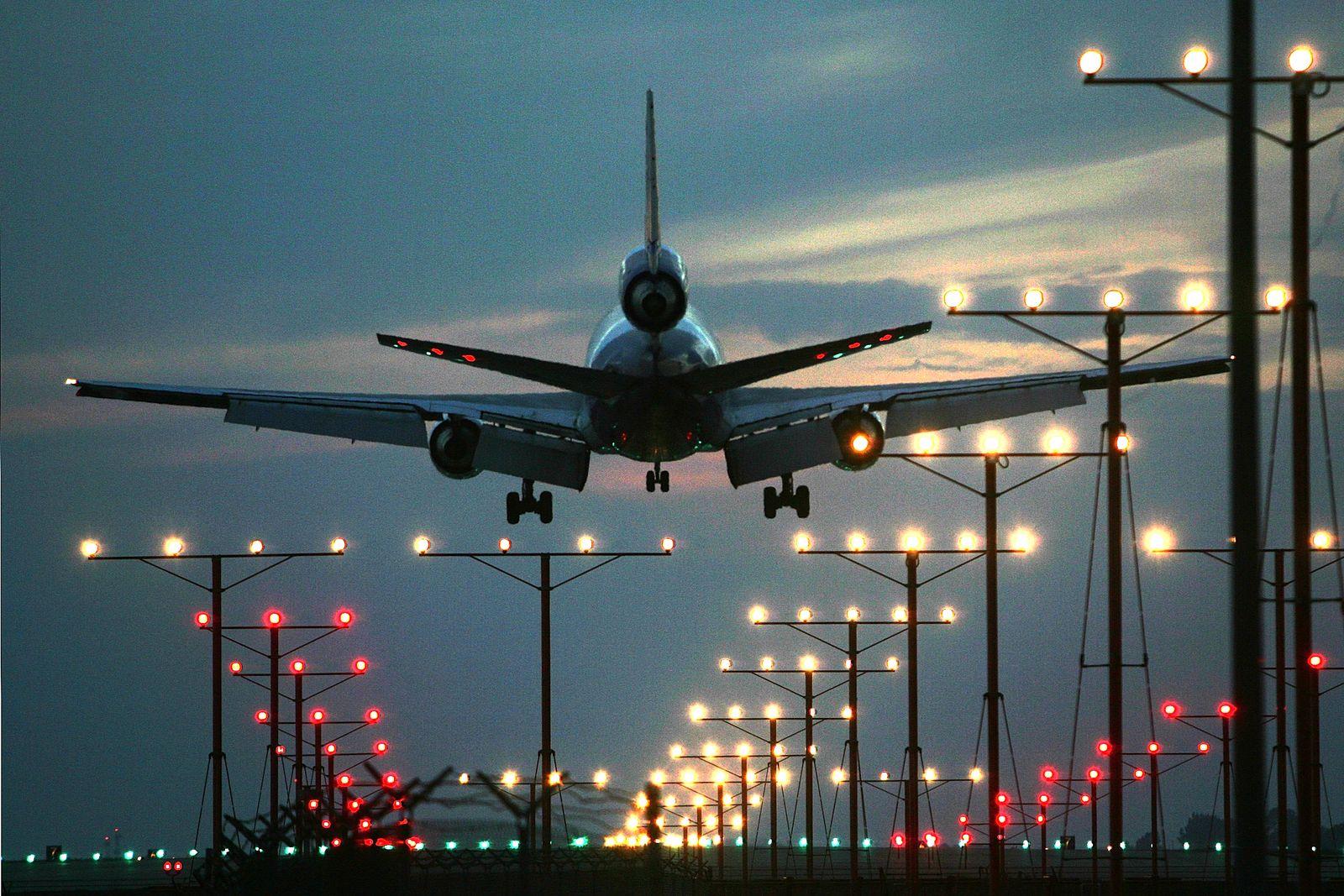 Flugzeug / Landung / Landebahn