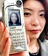 Strahlen schaden nicht: Frau mit Kyocera-Handy