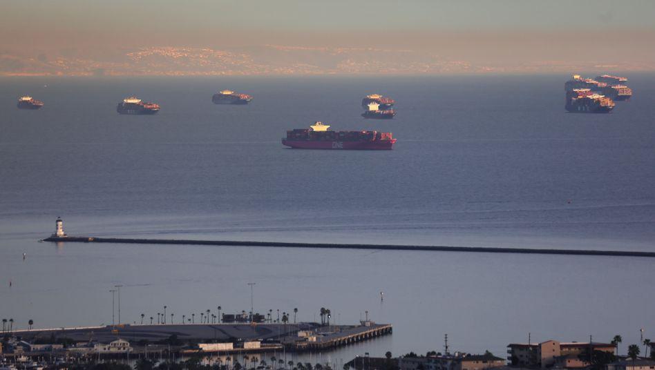 Stillstand: Wie vor dem kalifornischen Long Beach warten viele Schiffe auf Einfahrt – der Transportboom flutet die Häfen