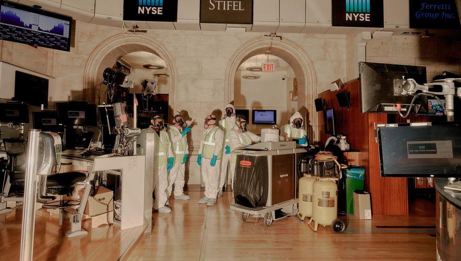 Glattes Parkett: Wenn es so einfach wäre - Reinigungskräfte desinfizieren die US-Börse NYSE