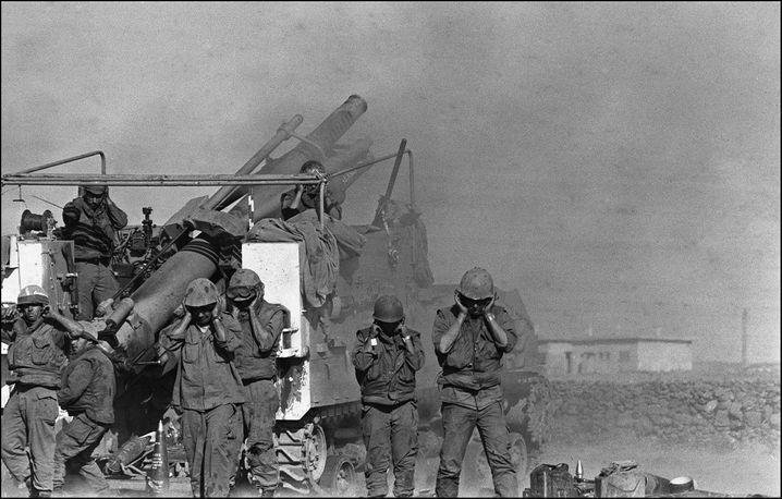 Yom-Kippur-Krieg 1973: Israelische Soldaten feuern eine Haubitze ab