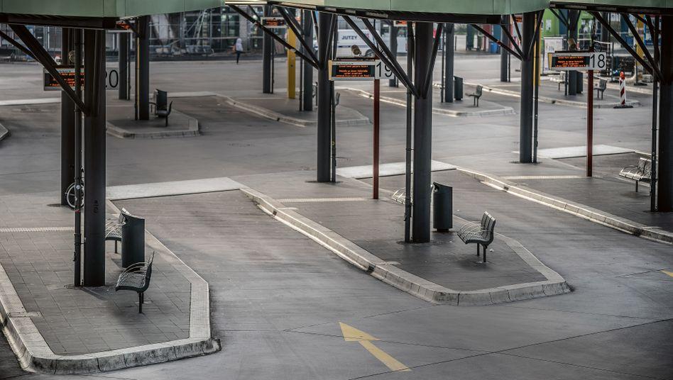 Nichts fährt mehr: Die Corona-Krise brachte den Fernbusverkehr – wie hier am Zentralen Busbahnhof Berlin – zum Erliegen