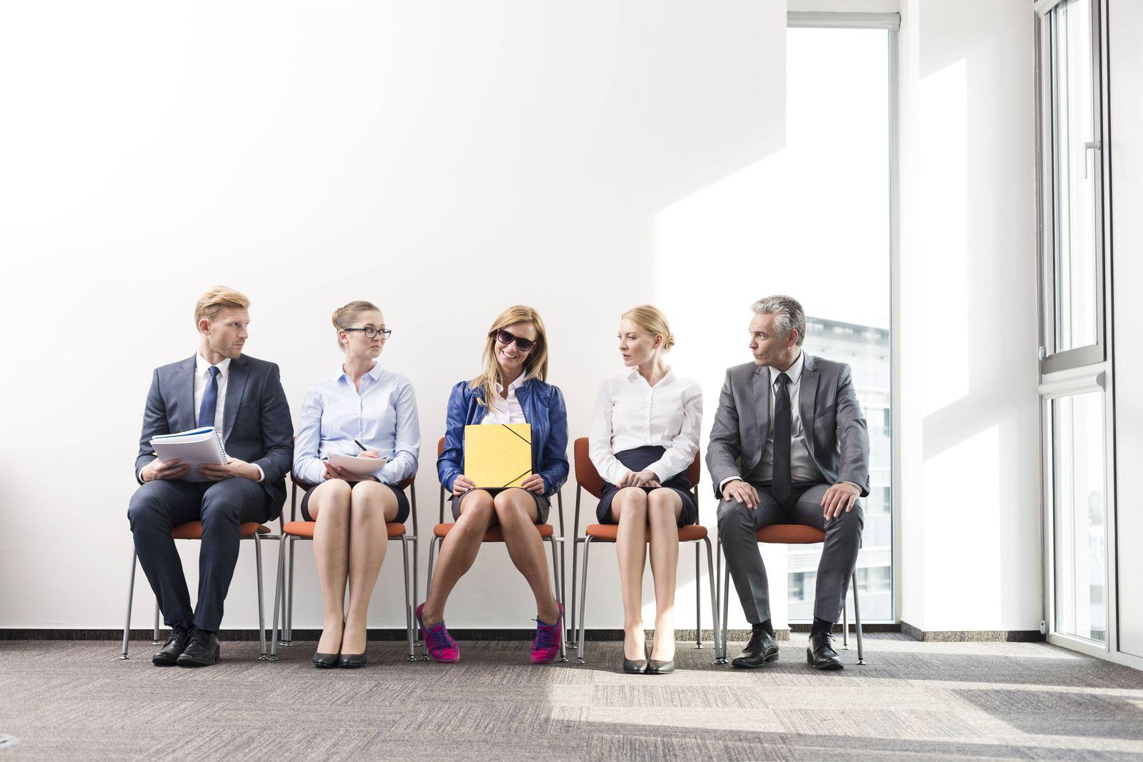 EINMALIGE VERWENDUNG Leute warten / Vorstellungsgespräch