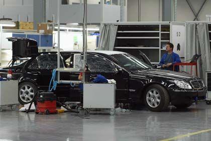 Umbauarbeiten: Eine Mercedes S-Klasse in einer Produktionshalle der Firma Centigon (ehemals Trasco)