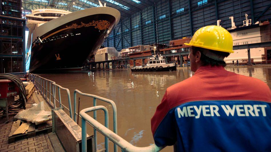 """Mitarbeiter der Meyer Werft beim Stapellauf der """"Disney Dream"""""""