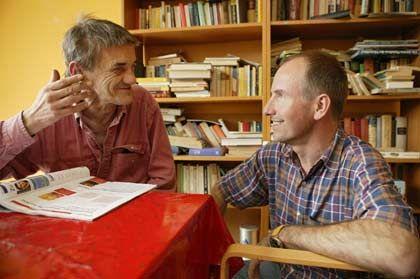 Gespräche als Medizin: Lufthansa-Manager Martin Böker (r.) unterhält sich mit einem Patienten in der Krankenstube für Obdachlose auf Hamburg-St. Pauli