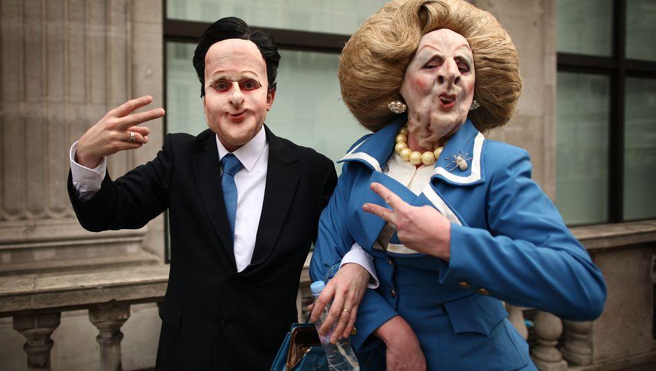 """Gespannte Lage: Premier David Cameron und Ex-Premier Margaret Thatcher (als Puppen während einer Kundgebung in London) stehen für viele Briten als Sinnbild für die schmerzhaften """"Cuts"""""""
