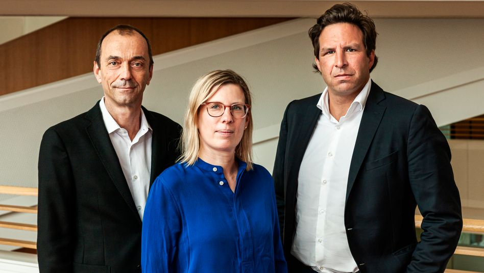 Die Chefredakteure von manager magazin, Martin Noé (l.) und Sven Oliver Clausen mit Antonia Götsch, Chefredakteurin von Harvard Business manager