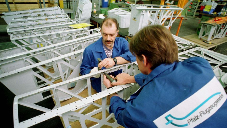 Arbeiter in einem Flugzeugwerk: Im Schnitt kostete eine Arbeitsstunde in der deutschen Industrie 2010 32,90 Euro