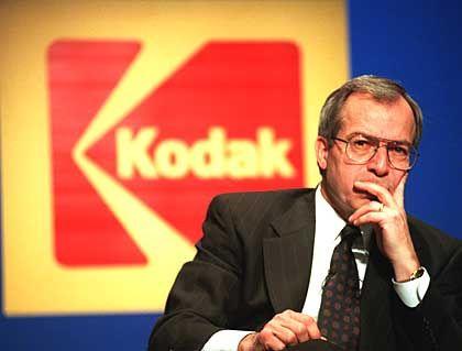 """Wundersame Geldvermehrung: Kodak-Chef George Fisher besitzt mittlerweile Aktien im Wert von rund elf Millionen Dollar. Dafür zahlte er keinen Pfennig. Er bekam von Kodak einen Kredit über 8,4 Millionen Dollar, der über fünf Jahre abgeschrieben wird. (Quelle: """"Wall Street Journal"""")"""