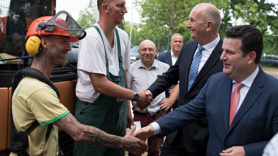 Bundesarbeitsminister Hubertus Heil im Gespräch mit Arbeitern