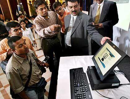 IT-Nation: Der IBM-Manager Neeraj Sharma im Kreise seiner Angestellten