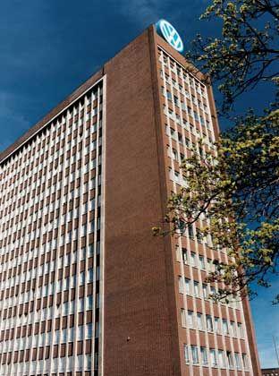 Zweckbau der 50er Jahre: Das Volkswagen-Verwaltungsgebäude ist eine Landmarke der Wolfsburger Autostadt. Baubeginn der Hauptverwaltung war das Jahr 1957, fertig gestellt wurde das Gebäude 1959. Entworfen hat es die Bauabteilung von Volkswagen.