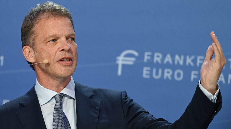 Deutsche-Bank-Chef Christian Sewing kritisiert auch die Belastungen, die europäische Geldinstitute für den Abwicklungsfonds tragen müssen