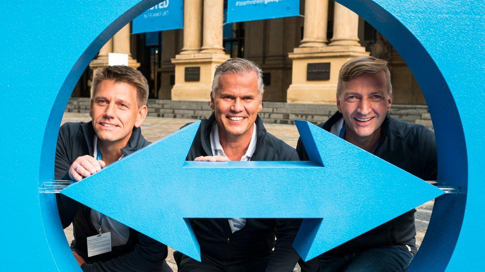 Oliver Steil (l.), Vorstandsvorsitzender Teamviewer, Jörg Rockenhäuser, Deutschland-Chef Permira (M.), und Stefan Gaiser, Finanzvorstand Teamviewer im September 2019 vor der Frankfurter Börse.