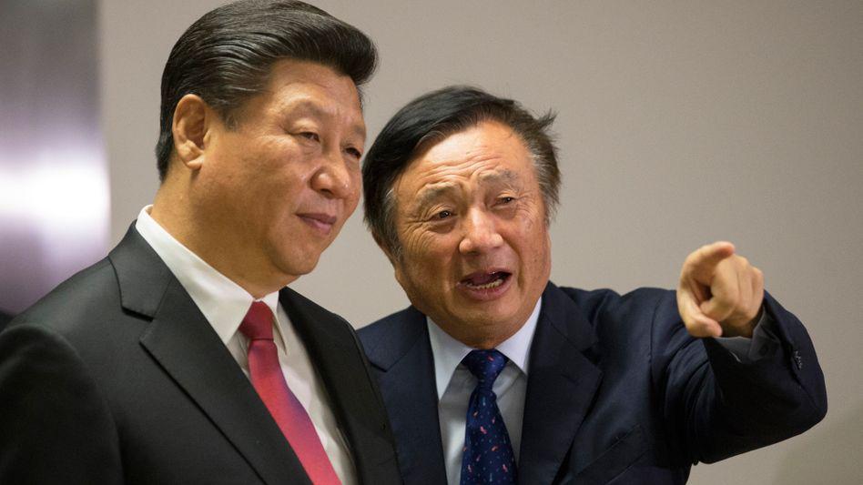 Da geht´s lang: Huawei-Chef Ren Zhengfei weist Chinas Präsident Xi Jinping während dessen Besuchs des Telekom-Riesen den Weg