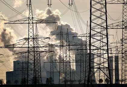 Unter Strom: Werden die Energiekonzerne sich von der Produktion bald verabschieden müssen?