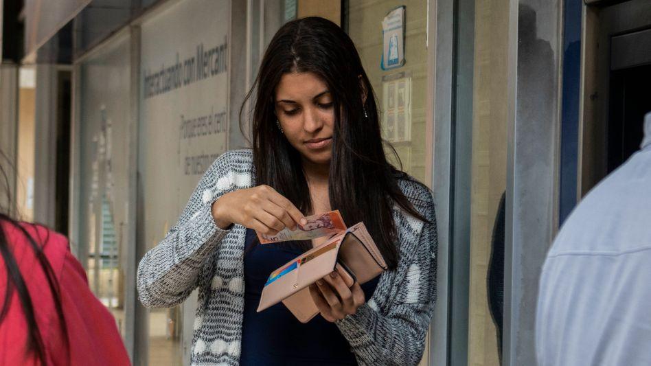 Neue Banknoten in Venezuela: Angesichts der Hyperinflation wurden fünf Nullen aus der Landeswährung gestrichen. Aus einer Million Bolívar fuerte (starker Bolívar) wurden 10 Bolívar soberano (souveräner Bolívar)
