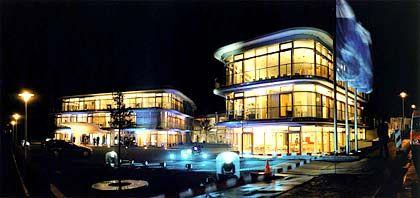 Blubbernde Chemie: Bei Abend und bei Nacht leuchtet es blau vor dem Am Pilgerrain gelegenen Herbert-Quandt-Haus, das die Altana-Zentrale und die Herbert-Quandt-Stiftung beherbergt.
