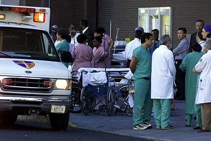 Ambulanz im Einsatz - Es werden Tausende Tote befürchtet