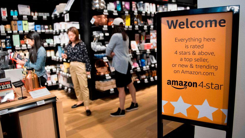 Amazon erhöht die Stundenlöhne: Der staatliche Mindestlohn beträgt in den USA 7,25 Dollar. Amazon zahlt seinen Mitarbeitern jetzt mehr als doppelt so viel. Auch der deutsche Mindestlohn von 8,84 Euro pro Stunde bleibt dahinter zurück