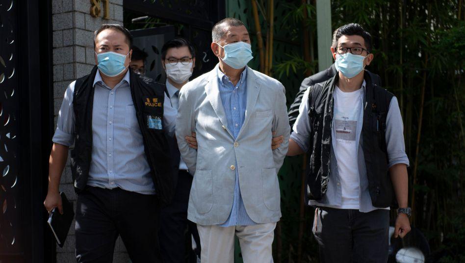 """Die Hongkonger Polizei führt Jimmy Lai am Hauptquartier der Zeitung """"Apples Daily"""" ab"""