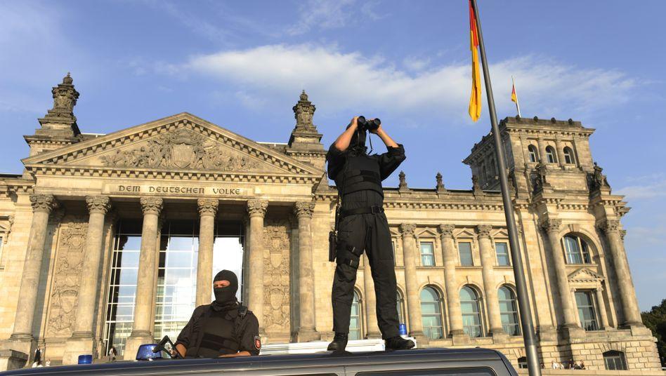 Sondereinsatzkommando vor dem Reichstag: Womöglich Anschlagsplan durchkreuzt