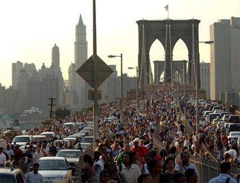 Bilder, wie man sie eigentlich nur vom New-York-Marathon kennt: Nach dem Stromausfall laufen Tausende zu Fuß über die Brooklyn Bridge.