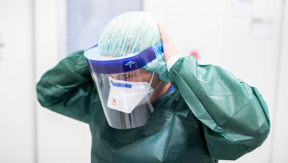 Schutz vor dem Virus: Klini-Mitarbeiter in Essen