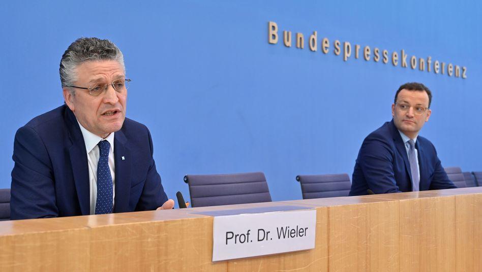 RKI-Chef Lothar Wieler und Bundesgesundheitsminister Jens Spahn informieren über den Stand der Corona-Pandemie und lassen es an Appellen und Warnungen nicht fehlen