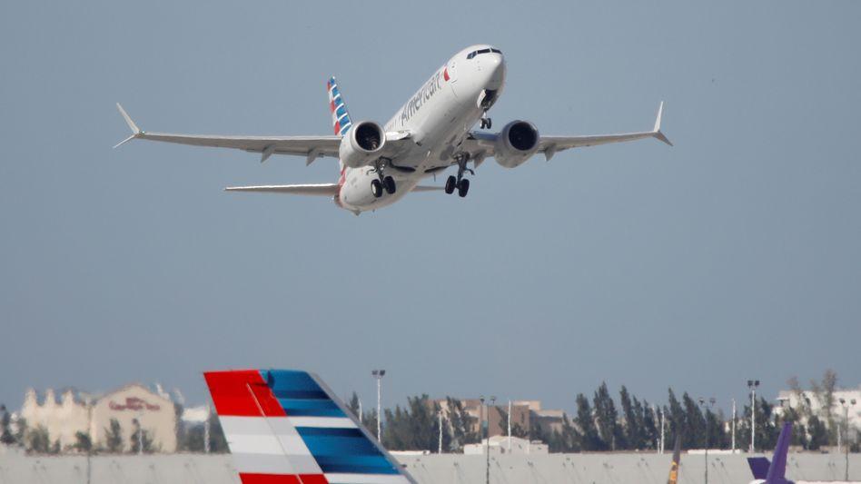 Fliegt wieder: Boeing 737 Max von American Airlines hebt zum ersten Linienflug nach 20-monatigem Grounding am 29. Dezember 2020 in Miami ab