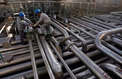 Ölarbeiter in China: Die US-Energiebehörde hat ihre Nachfrageprognose zurückgeschraubt