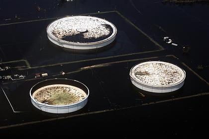 Überflutete Öltanks: Raffinerienkapazitäten um 10 Prozent lahm gelegt