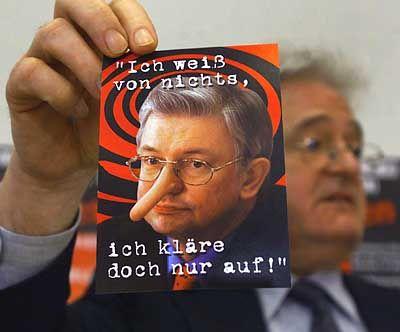 """Hessens neuer """"Pinocchio"""" präsentiert von SPD-Fraktionschef Armin Clauss"""