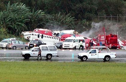 Flugzeugunglück in Phuket: Über die Landebahn hinausgeschossen und in zwei Stücke zerrissen