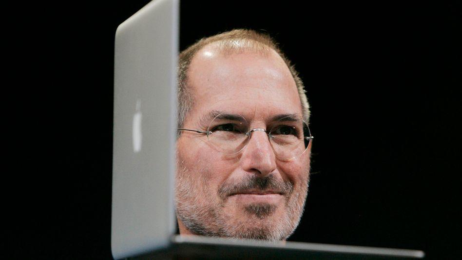 """Apple-Chef Steve Jobs auf der Bühne: """"Wir lieben Dich!""""-Rufe aus dem Publikum"""