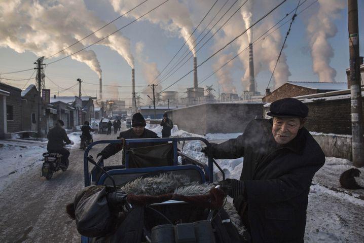 Chinesisches Straßenbild aus dem Jahr 2015: Kohlekraftwerke pusten viel CO2 in die Luft