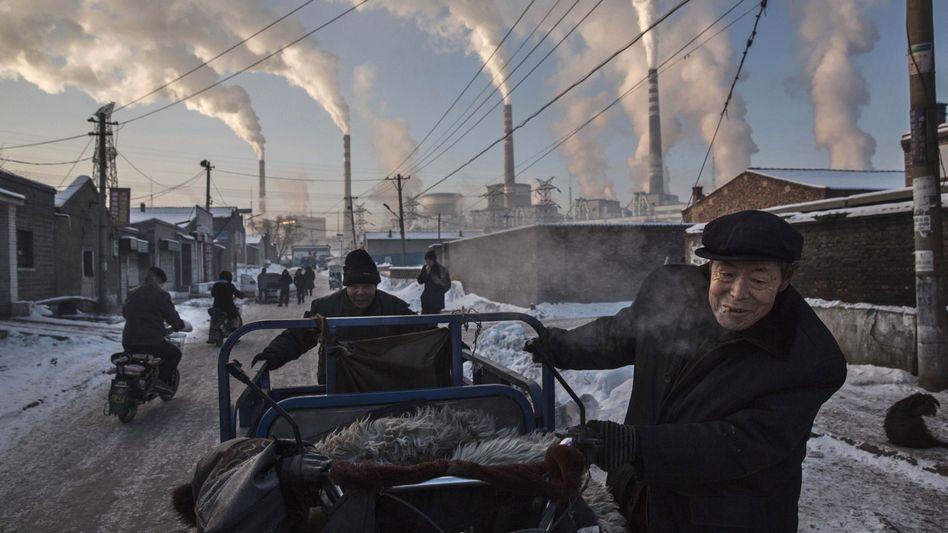 Chinesisches Straßenbild: Kohlekraftwerke pusten viel CO2 in die Luft