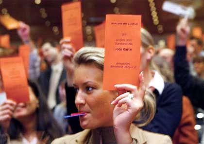 Rote Karte für den Vorstand: Commerzbank-Demo in Essen