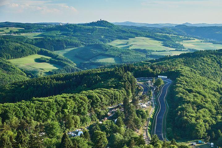 """Die Nordschleife des Nürburgrings heißt """"grüne Hölle"""". Die Rennstrecke schlängelt sich auf mehr als 20 Kilometer Länge durch die Wälder der Eifel."""