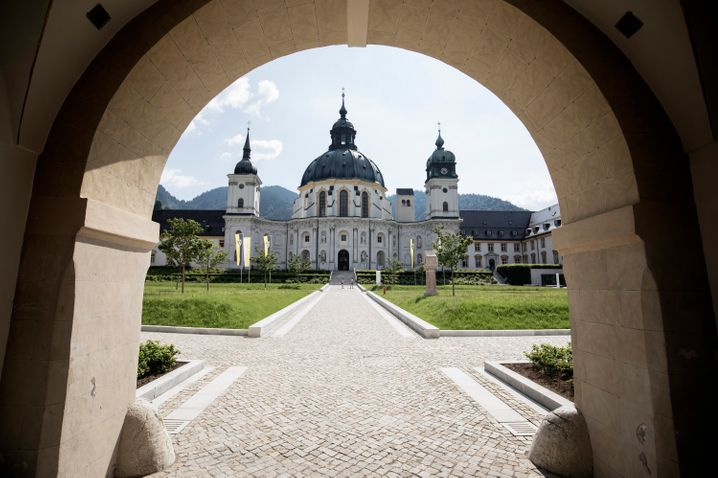 Die majestätische Basilika ist das Herz des Klosters Ettal in Bayern.