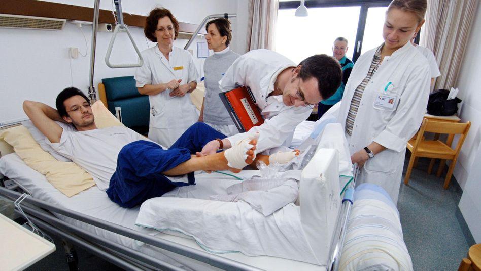Visite am Krankenbett: Privatversicherte können sich die Chefarztbehandlung mit einem Aufschlag im Beitrag erkaufen