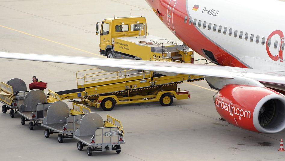 Air-Berlin-Flieger bei der Abfertigung: Die Fluggesellschaft will ihre Flotte verkleinern
