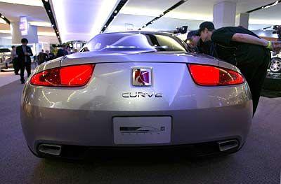 Platte Nasen: Diese Besucher erwärmen sich für den Saturn Curve, eine zweisitzige Sportwagenstudie von General Motors, die US-Design mal futuristisch interpretiert ...