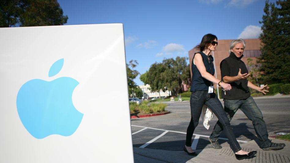 Apple-Mitarbeiter vor der Firmenzentrale in Cupertino, Kalifornien: Was wird der iPhone-Hersteller mit all seinen Milliarden anstellen?