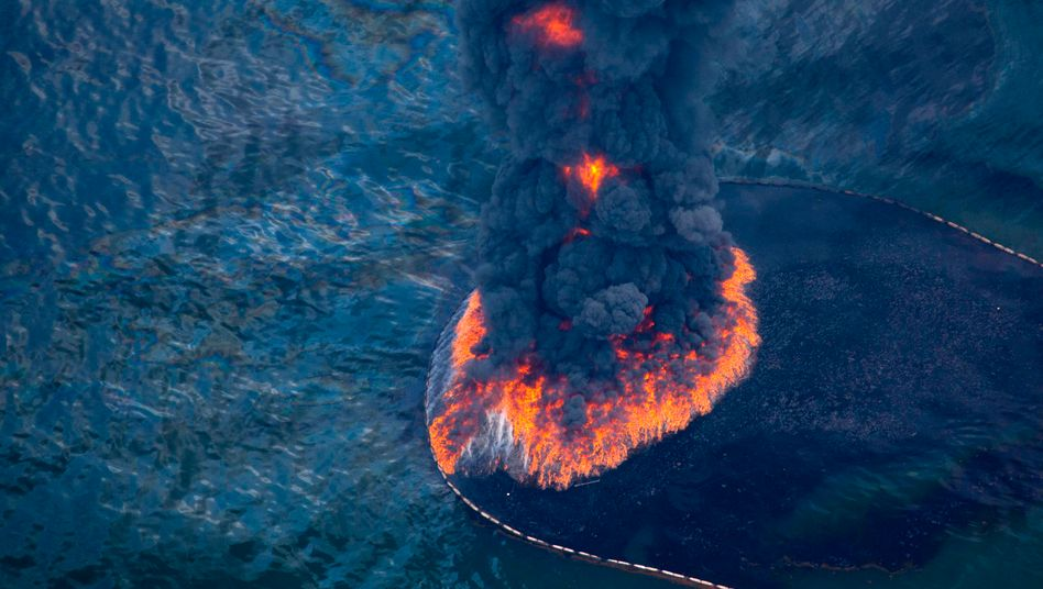 Ölpest im Golf von Mexiko: Täglich strömen rund 60.000 Barrel Öl aus - auch der Versuch, das Öl abzufackeln, hat bislang wenig geholfen