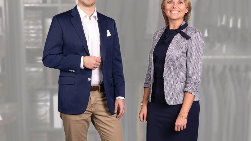 Mitarbeiter als Models: Diese beiden Angestellten der Frankfurter Sparkasse präsentieren sich den Kunden in jeweils drei verschiedenen Outfits, zwischen denen gewählt werden kann.