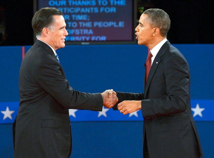 Barack Obama (r.) und Mitt Romney nach dem zweiten Fernsehduell: Beide wollen Wachstum, doch ihre Mittel könnten unterschiedlicher kaum sein